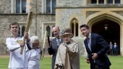 Королева Великобритании Елизавета II на эстафете олимпийского огня. Лондон, 10 июля 2012 г
