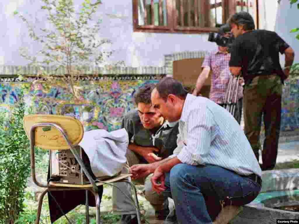 محسن شهرنازدار (چپ) و سام کلانتری در پشت صحنه فیلم خانه شماره ۱۳