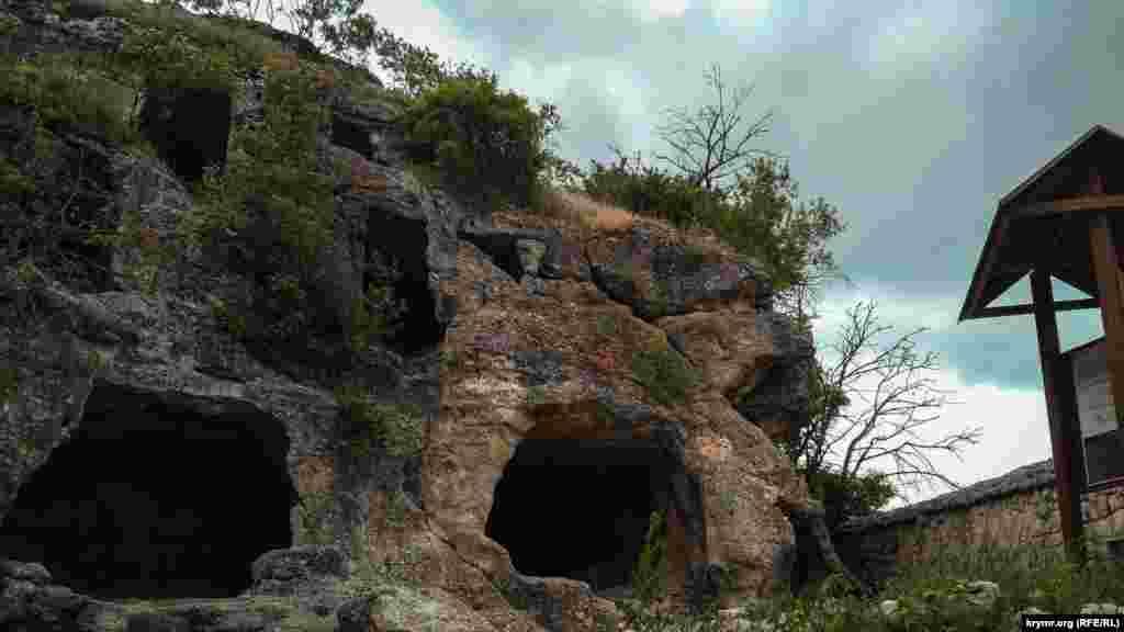 За півтори тисячі років скеля, на якій заснували Чуфут-Кале, ставала притулком для різних народів. Як правило, кожен з них називав місто на свій лад, тому він змінив не менше восьми назв. Одна з них – Кирк-Єр.  Чуфут-Кале навіть було першою столицею Кримського ханства