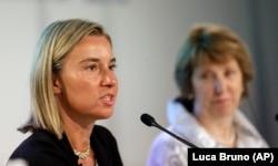از زمان گسترش اختیارات سرویس اقدام خارجی اتحادیه اروپا در سال ۲۰۰۹، کاترین اشتون (راست) و فدریکا موگرینی هدایت این بخش را به عهده داشتهاند.