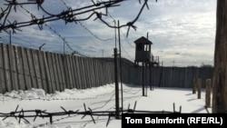 Вид на колючую решетку и сторожевую вышку на территории лагеря «Пермь-36», ставшего музеем.