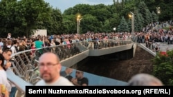Тисячі людей прийшли на відкриття мосту у Києві. Україна, 25 травня 2019 року