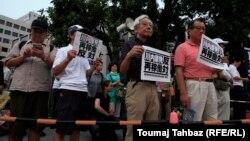 طی هفتههای گذشته توکیو، شهری که به طور عمومی اعتراضات و تظاهرات زیادی در آن صورت نمیگیرد، صحنه اعتراضاتی نسبتا گسترده به برنامههای اتمی دولت بود