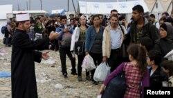 Молитва за Курбан Бајрам во кампот во Гевгелија.