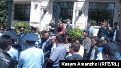 Полиция и люди на территории близ оцепленной площади Республики.