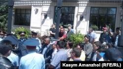 Алматыдағы орталық Республика алаңы маңына жиналғандар мен полиция қызметкерлері. 21 мамыр 2016 жыл.