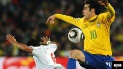 Игрок сборной Бразилии Кака во время игры на чемпионате мира по футболу между Бразилией и Чили в Йоханнесбурге, ЮАР. 2010