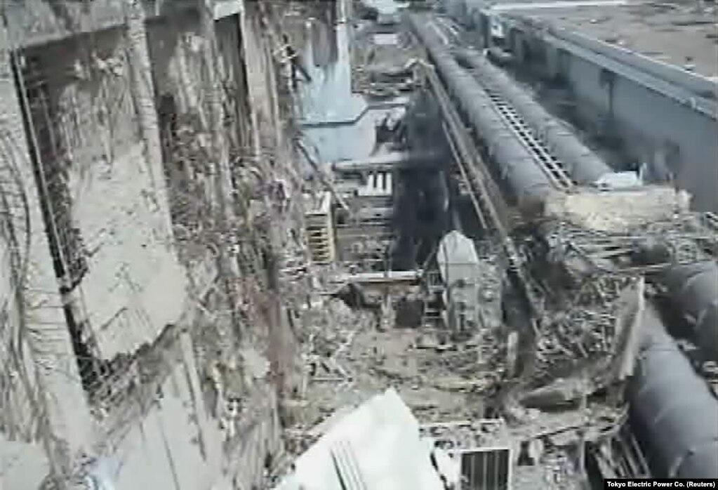 Понівечена вибухом будівля реактора №4 АЕС «Фукусіма-1», 15 березня 2011 року. Цей реактор на момент катастрофи не працював, але того дня його теж пошкодив вибух водню