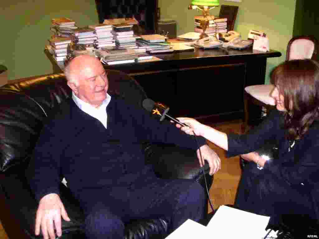 Former President Eduard Shevardnadze speaks to RFE/RL's Tbilisi Bureau Chief Marina Vashakmadze in October 2009.