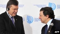 Виктор Јанукович (лево) се поздравува со Жозе Мануел Баросо