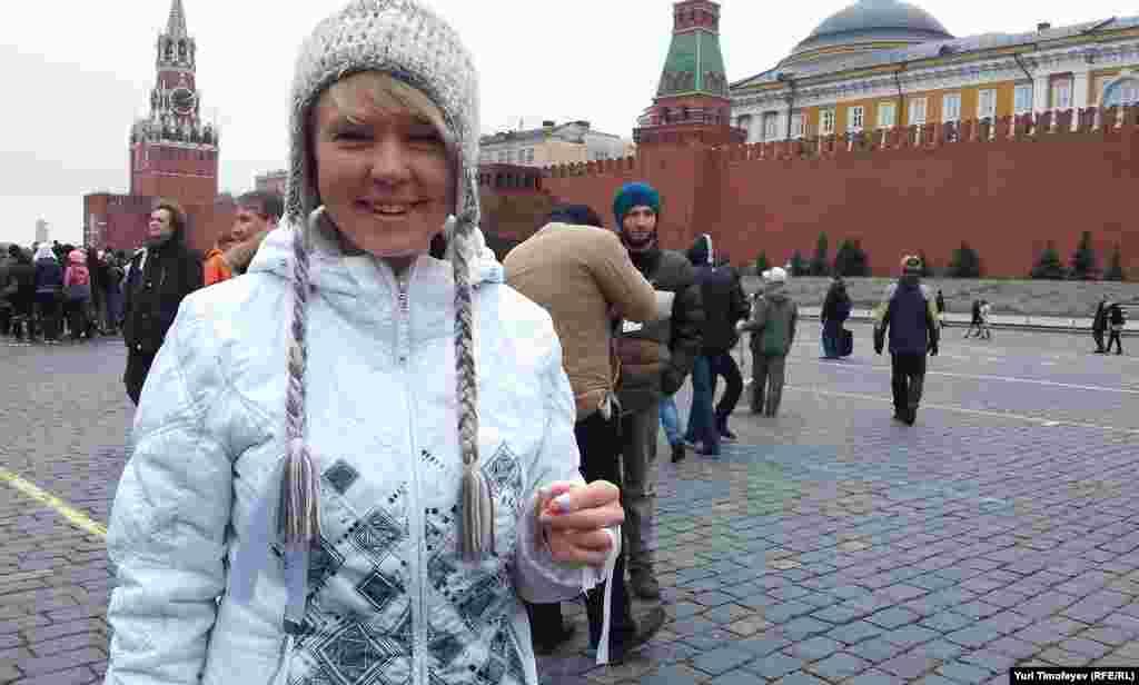 Евгения Чирикова с белыми лентами на Красной площади