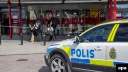 Поліція біля магазина «Ікея» у місті Вастерасі, Швеція, 10 серпня 2015