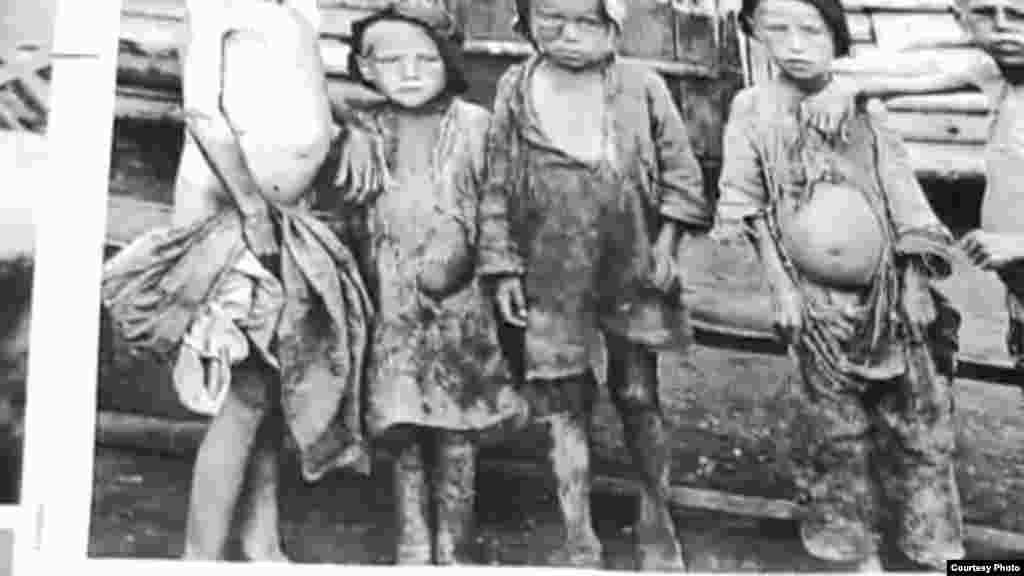 1941-жылы Ленинград шаарын фашисттик Германиянын аскерлери курчоого алып, шаардагы балдар эвакуацияланган. Алардын айрымдары Кыргызстанга да алып келинген.Аларды ошол кезде Ак-Булак колхозунун 16 жаштагы катчысы Токтогон АлтыбасароваЛенинграддан келген 150 баланы баккан. (Сүрөттөр Токтогон Алтыбасарованын үй-бүлөсүнүн жеке архивинен алынды).