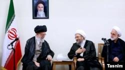 Иранның рухани көсемі аятолла Әли Хаменеи (солдан оңға) елдің сот жүйесі басшысы Садик Лариджани мен оның орынбасары Голам Хоссейн Мохсени-Эджеиді қабылдап отыр. Тегеран, 29 маусым 2016 жыл.