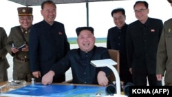 Солтүстік Корея басшысы Ким Чен Ын (ортада) әскерилермен бірге баллистикалық зымыран сынағын бақылап отыр. 29 тамыз 2017 жыл.