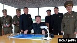 Северокорейский лидер Ким Чен Ын (в центре) наблюдает за запуском баллистической ракеты в окрестностях Пхеньяна, КНДР, 29 августа 2017 года