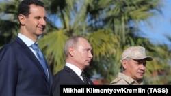 Башар Асад, Владимир Путин и Сергей Шойгу на авиабазе Хмеймим в Сирии. 11 декабря 2017 года.