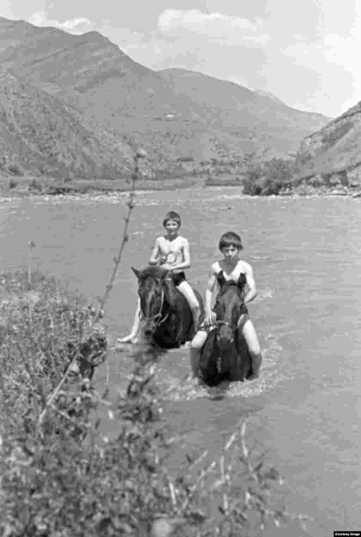 Мальчики на лошадях в реке Аргун.