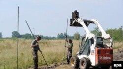 Сербиямен шекараға қоршау тұрғызып жатқан Венгрия сарбаздары. 3 тамыз 2015 жыл.