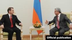 Президент Армении Серж Саргсян (справа) и председатель Госдумы России Сергей Нарышкин, Ереван, 24 июля 2012 г.н