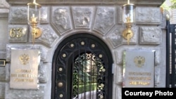 Вход в здание посольства России в Берлине