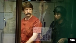Thailand -- Alleged Russian arms dealer Viktor Bout arrives at a Criminal Court in Bangkok, 05Oct2010