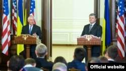 Президент України Петро Порошенко і держсекретар США Рекс Тіллерсон (ліворуч). Київ, 9 липня 2017 року