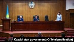 Премьер-министр Казахстана Аскар Мамин представляет нового министра информации и общественного развития Аиду Балаеву. Слева — бывший глава МИОР Даурен Абаев, 4 мая 2020 года.