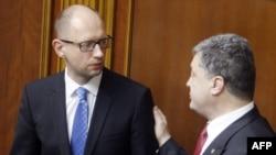 Ukrainanyň prezidenti P.Poroşenko (s) we premýer-ministr A.Ýatsenýuk (ç), Kiýew, 31-nji iýul, 2014.