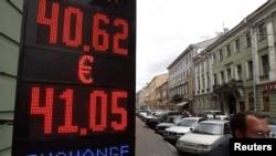 Спад нафтових котирувань спричиняє падіння курсу російської валюти
