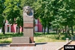 Пам'ятник українському акторові і драматургу Маркові Кропивницькому у нині вже Кропивницькому, липень 2016 року