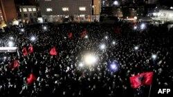 """Сторонники """"Движения самоопределения"""" празднуют избрание его кандидата мэром Приштины"""
