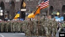 Амэрыканскія і ўкраінскія вайскоўцы на парадзе ў Кіеве, ілюстрацыйнае фота