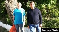 Журналист әрі құқық қорғаушы Александр Харламов (оң жақта) пен Қазақстан адам құқықтары бюросының Шығыс Қазақстан филиалының жетекшісі Қуат Рахымбердин. Өскемен, 4 қыркүйек 2013 жыл.