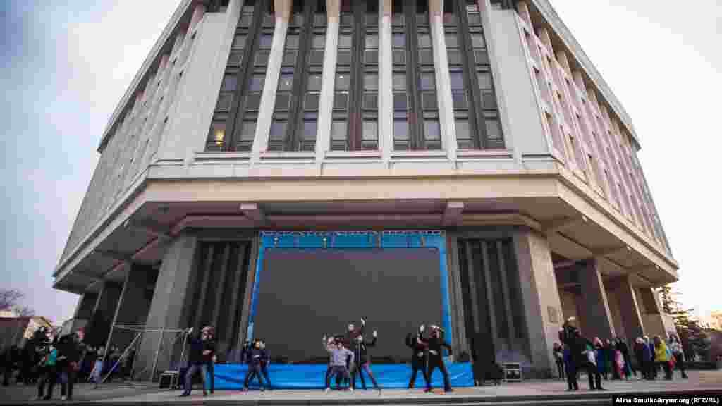 Репетиция концертной программы: по задумке постановщика парни в балаклавах воплощают «фашистов» в мирном Крыму во время событий трехлетней давности