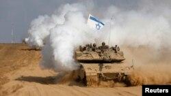 Ushtarët izraelitë duke u kthyer me tankun e tyre nga Rripi i Gazës në Izrael