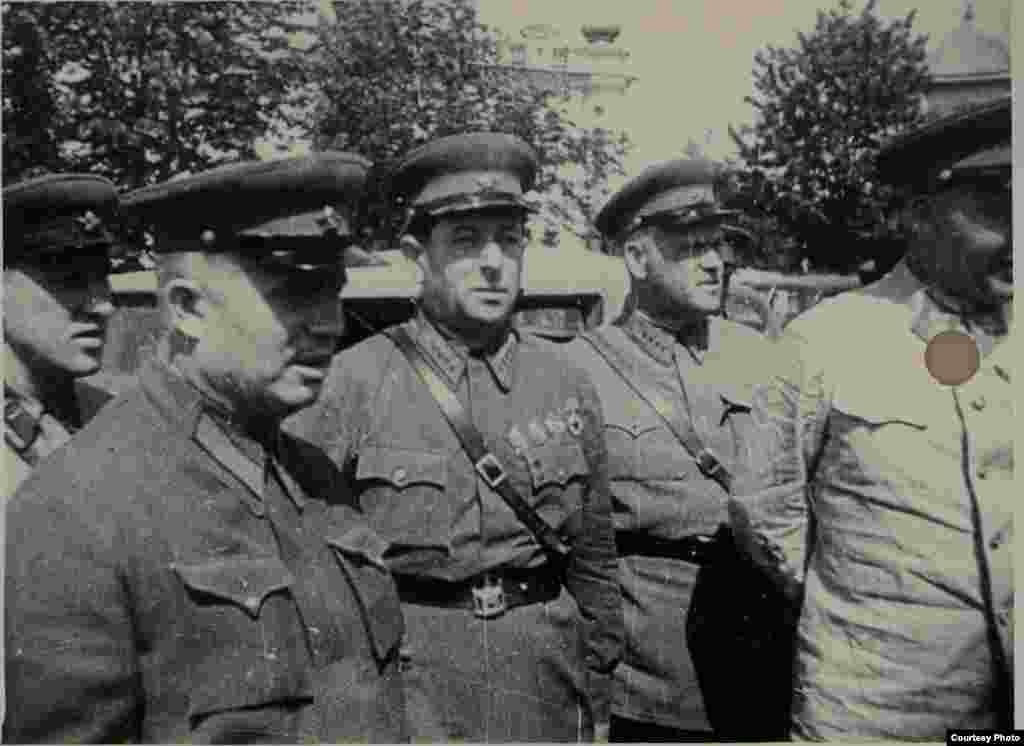 Nikita Hrușciov, lider al comuniștilor ucraineni și Lev Z. Mehlis, adjunct al ministrului apărării și șef al administrației politice a Armatei Roșii, la Chișinău, la 4 iulie 1940 (Source: ANM).
