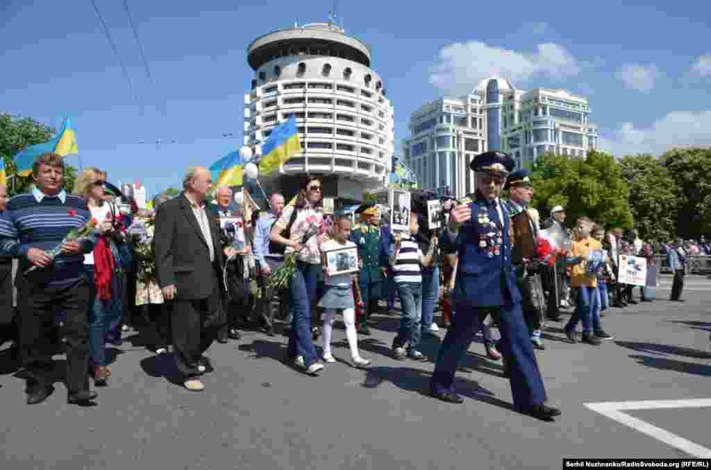 Активісти ходою рушили до Парку слави