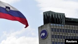 Zastava Slovenije ispred zgrade Nove ljubljanske banke