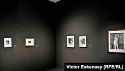 Imagine din expoziție cu fotografiile lui Man Ray