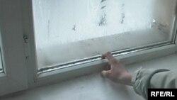 Мектеп-интернаттың әйнегін мұз торлаған терезесі.Қарағанды, 27 қаңтар, 2009 жыл.