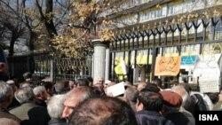تجمع روز سهشنبه فرهنگیان بازنشسته مقابل وزارت کار در خیابان آزادی تهران