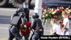 Задержание у стихийного мемориала на месте гибели манифестанта возле станции метро «Пушкинская» в Минске.