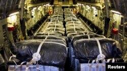 Контейнеры с водой на борту самолёта. Иллюстративное фото.