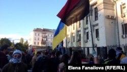 Люди собрались у здания российского посольства в Киеве.