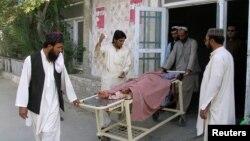 Родственники везут мальчика, раненного при инциденте в районе пограничного перехода Чаман на границе Афганистана и Пакистана. 5 мая 2017 года.