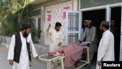 Ауғанстан мен Пәкістан шекарасындағы Чаман өткеліндегі жанжалдан жараланған баланы туыстары алып барады. Пәкістан, Чаман, 5 мамыр 2017 жыл.