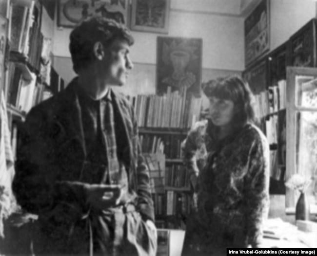 Михаил Гробман и Ирина Врубель-Голубкина в Москве (до отъезда в Израиль, у себя дома, 1966, Текстильщики)