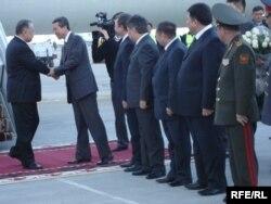 Германиядан дарыланып келген Бакиевди чиновниктердин жоон тобу тосуп алды. Бишкек, 28-март, 2008.