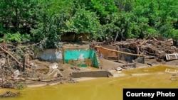 წყალდიდობის შედეგად დანგრეული სახლი